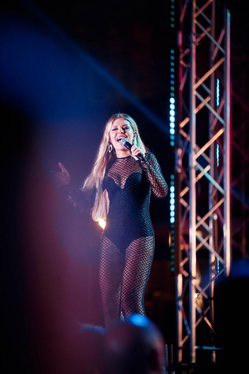 Рита Дакота на сцене фестиваля Жара 2019