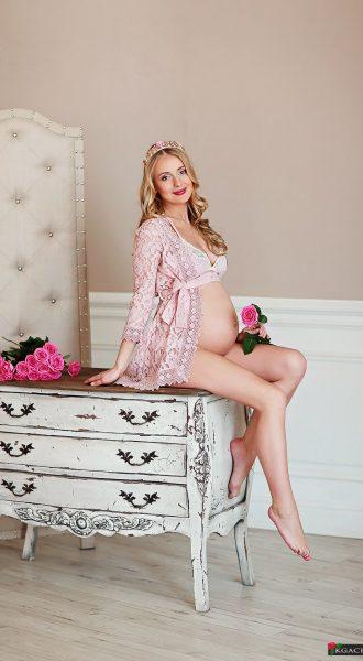 Нежный и романтический образ беременной в короне и халатике цвета утренней розы