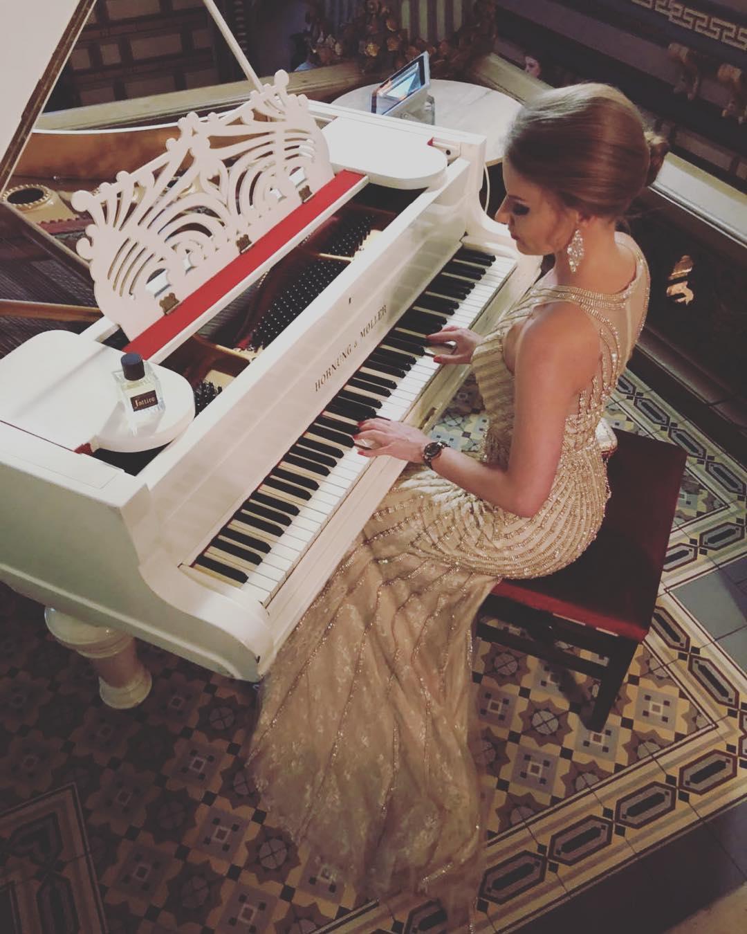 Певица и телеведущая Ксения Каста на мистическом балу Misterium Magnum в честь Донна Луна Венеция. Играет на пианино в роскошном вечернем платье от Story Dress