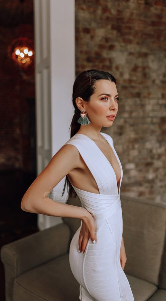 Белое бандажное платье с глубоким декольте
