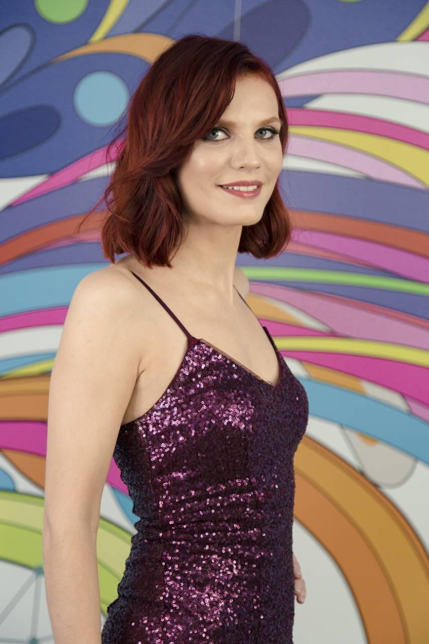 Участница из Липецка на телешоу Перезагрузка в бордовом платье
