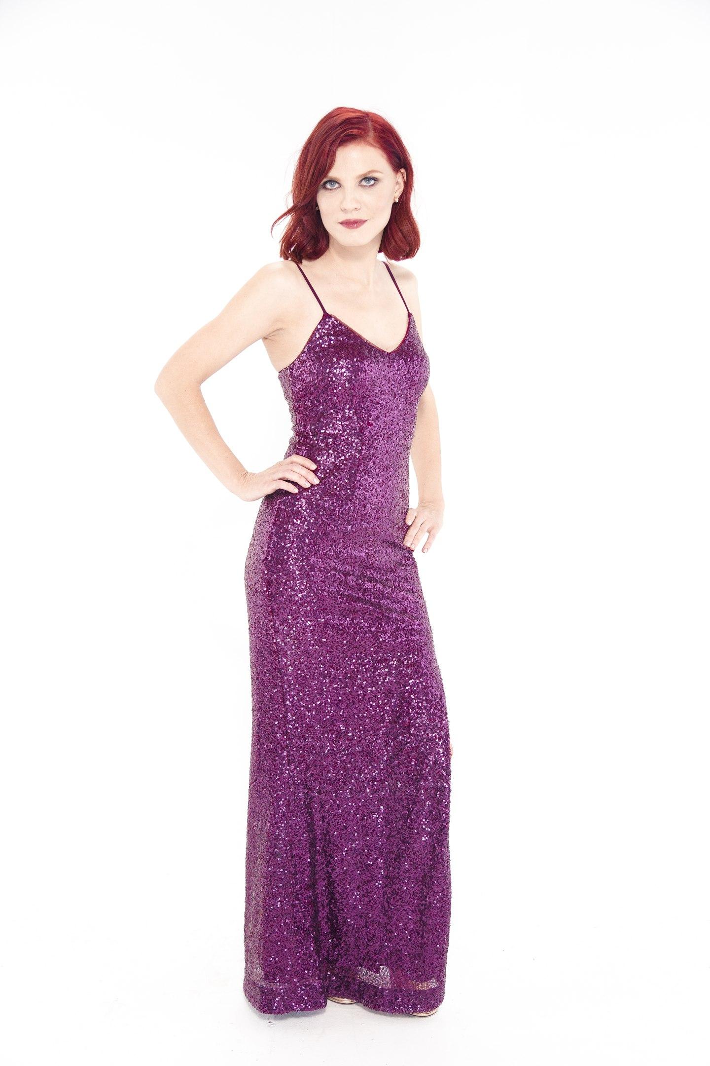 Яна участница ТНТ Перезагрузка в красном платье