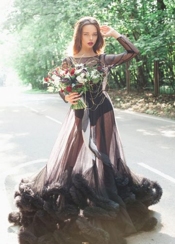 Девушка в прозрачном черном платье с букетом