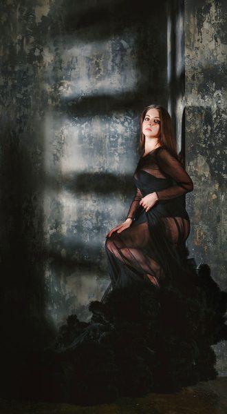Таинственный образ девушки в черном платье-облаке