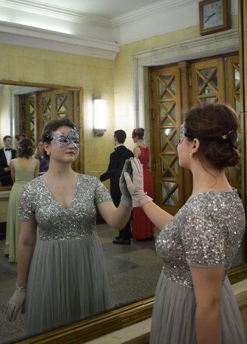 Фото у зеркала в платье