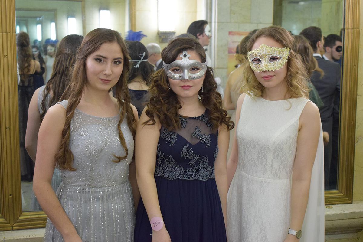 Студентки на балу МГУ