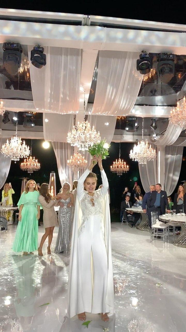 Даша Клюкина бросает букет невесты