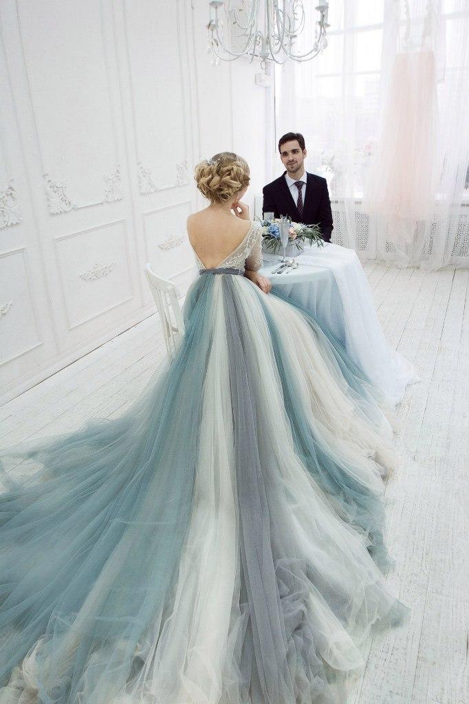 Чудесное платье с открытой спиной и красивым шлейфом