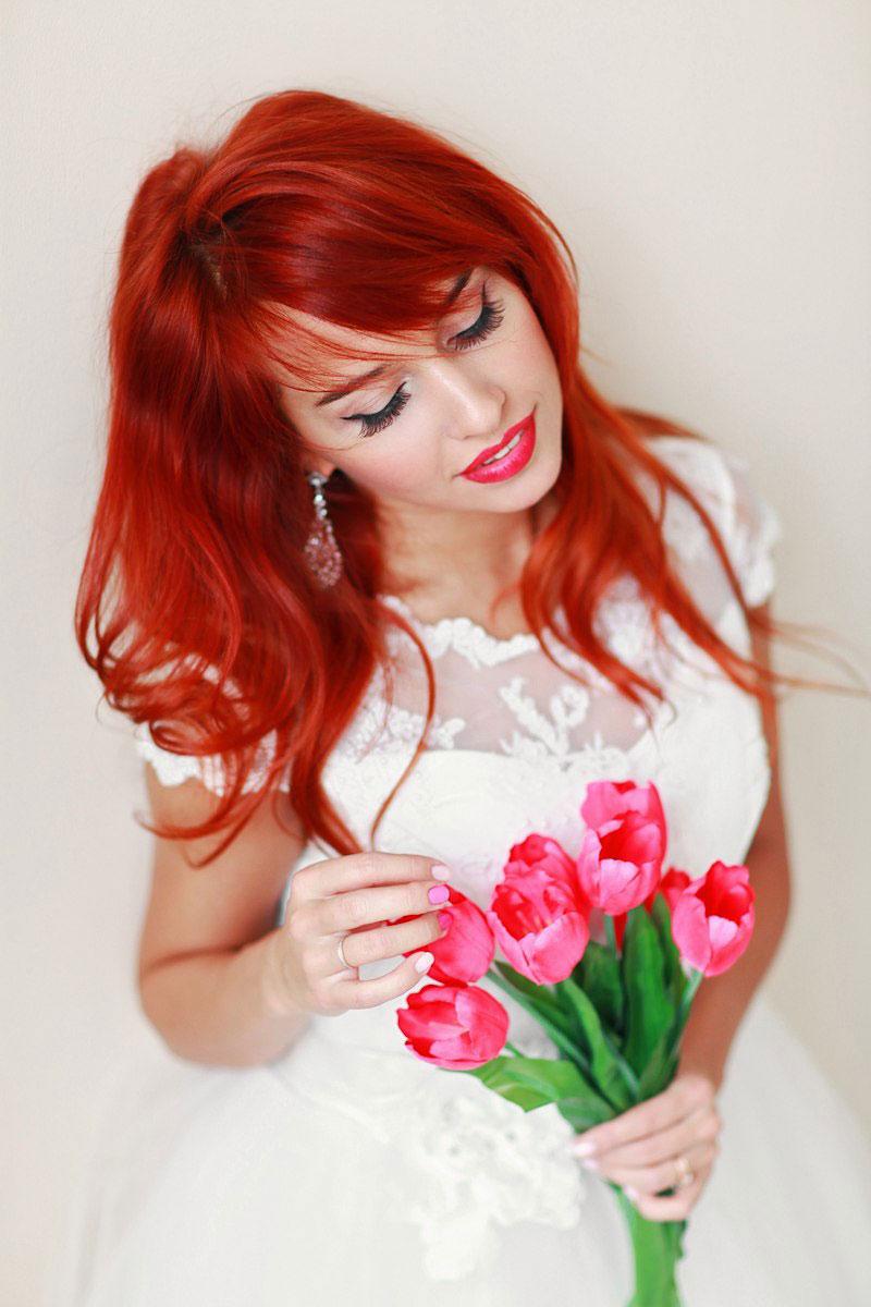 Девушка в свадебном платье с тюльпанами