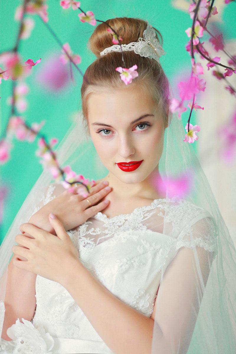 Свадебное платье с кружевом на груди