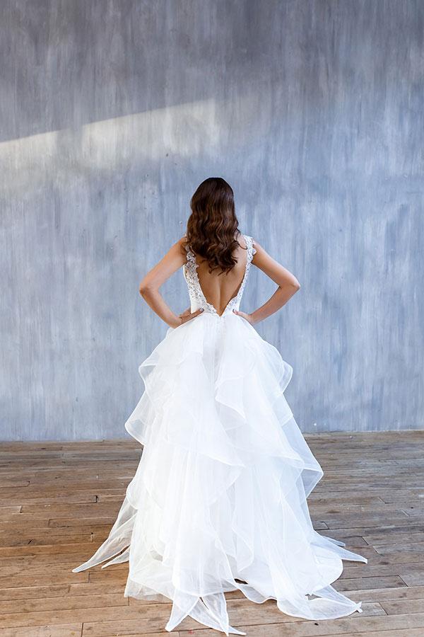 Белое платье для свадьбы с пышной многоуровневой юбкой