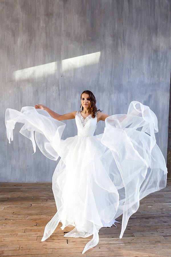 Белое платье с пышной юбкой