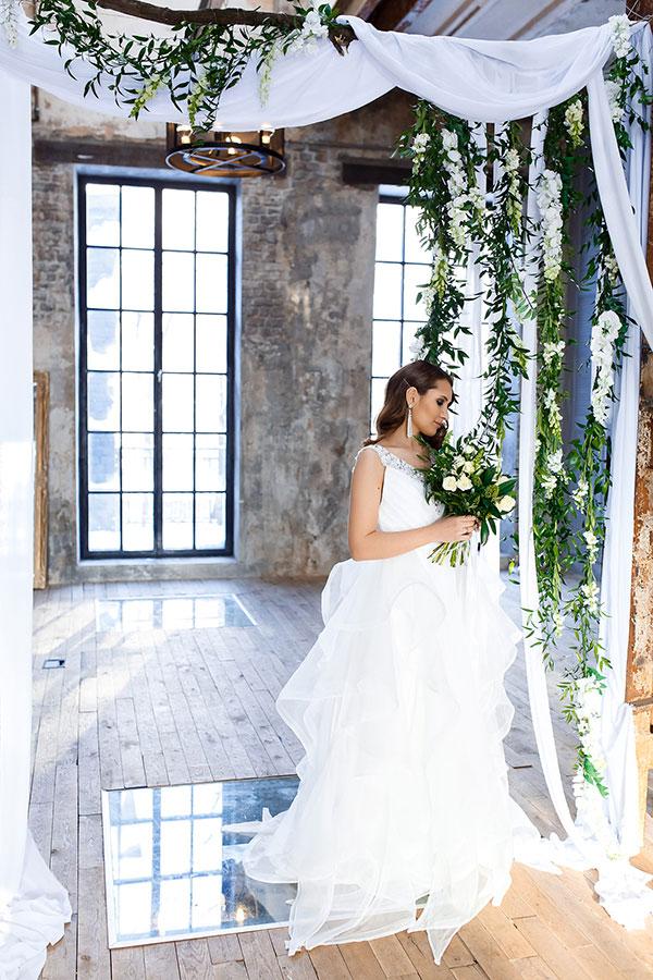 Белое свадебное платье из шифона с инкрустацией камнями области декольте