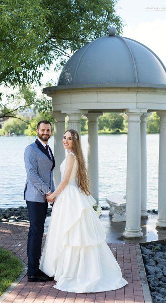 Свадебное платье с глубоким округлым вырезом