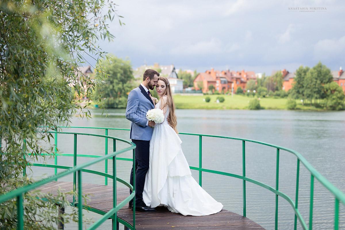 Свадебное платье белоснежного оттенка