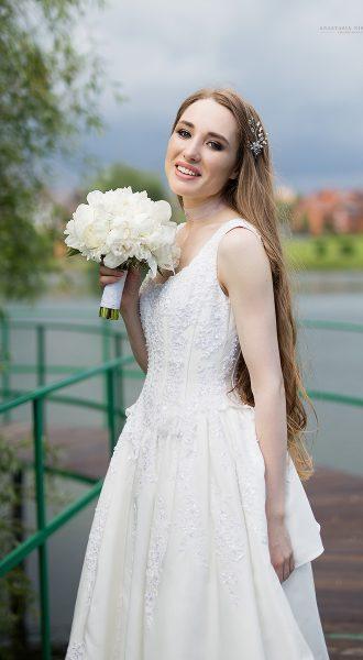Белое приталенное свадебное платье с бретелями