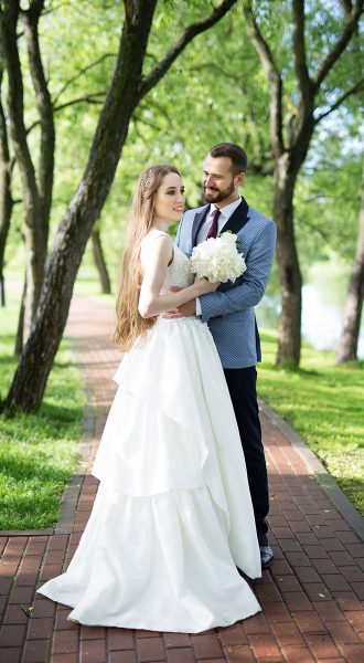 Пышное свадебное платье с многослойное юбкой