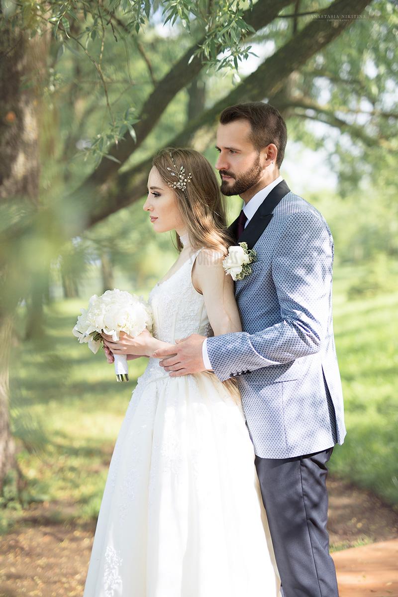 Белое платье с классическим декольте