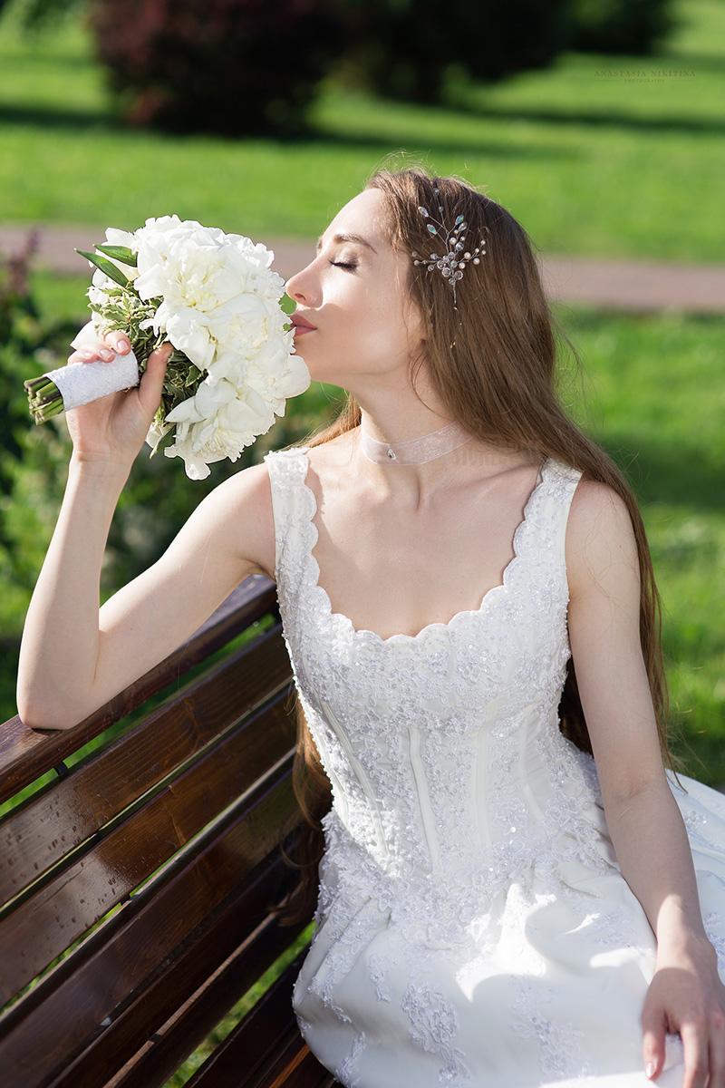Романтичное свадебное платья с глубоким кружевным декольте