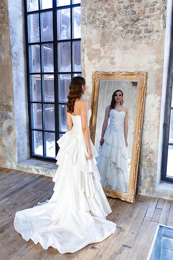 Фотосессия в свадебном платье у зеркала