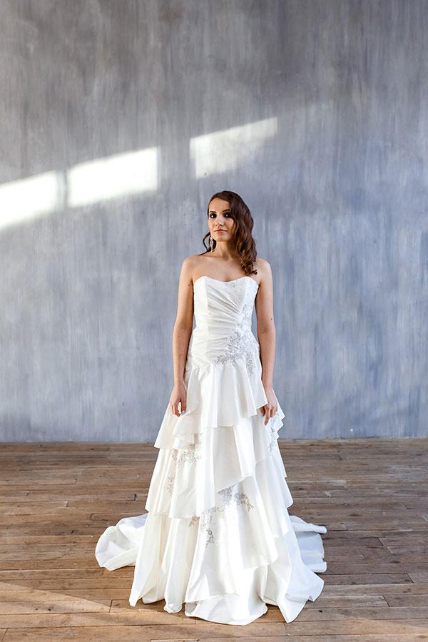 Белое платье с каскадом из юбок