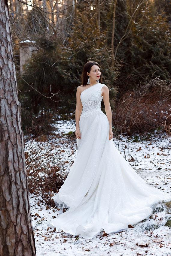 Зимняя фотосессия в свадебном платье