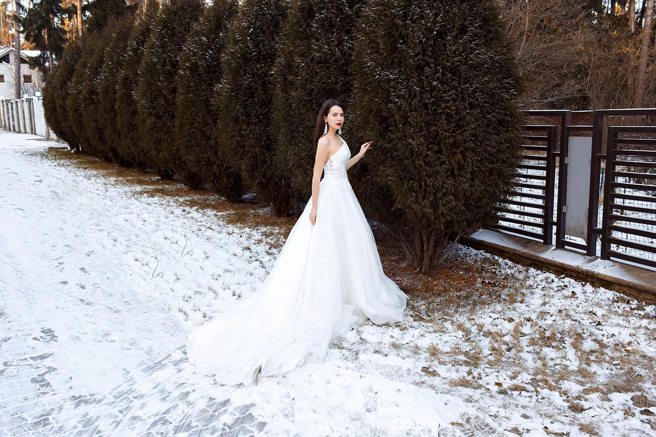 Белое платье с длинным шлейфом