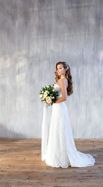 Фотосессия в кружевном свадебном платье