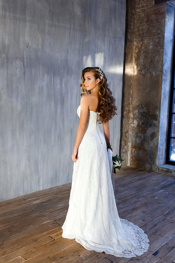 Строгое платье для свадебной фотосессии
