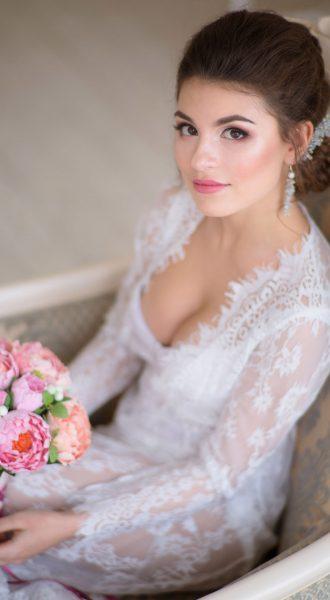 Девушка в белом ажурном платье - сама женственность и невинность