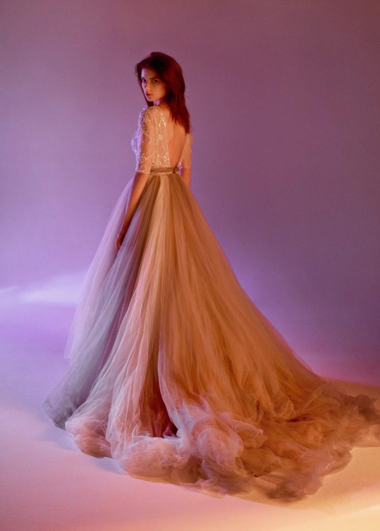 Девушка в пышном платье небесного цвета